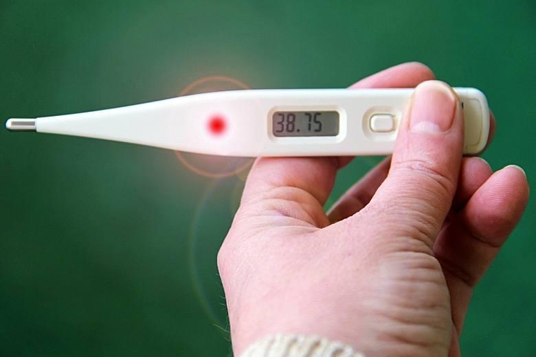<strong>Objawy zakażenia wirusem z Chin</strong> to gorączka, kaszel i trudności z oddychaniem. Przypomina to wirusowe zapalenie płuc. W badaniu rentgenowskim można zauważyć zmiany na płucach. W przypadku ciężkiego przebiegu choroby, może się ona zakończyć śmiercią z powodu niewydolności oddechowej.