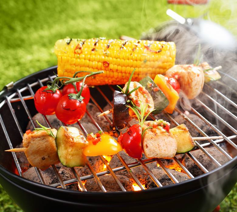 Smakowite dania z grilla zawdzięczają swoje walory działaniu rozgrzanych węgli i dymu. Problem w tym, że w wysokich temperaturach w jedzeniu tworzą się