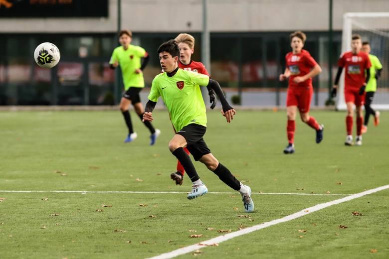 Młodzi piłkarze Escoli Varsovia Warszawa przegrali 0:3 z Legią Warszawa i stracili szansę na wygraną w grupie A Centralnej Ligi Juniorów U-15.