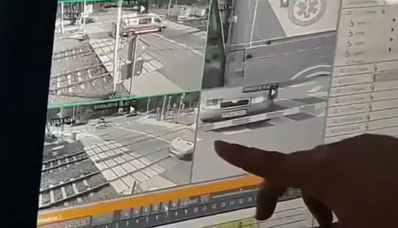 W internecie pojawiło się nagranie z monitoringu na przejeździe kolejowym w Puszczykowie pod Poznaniem. Widać na nim moment zmiażdżenia karetki przez