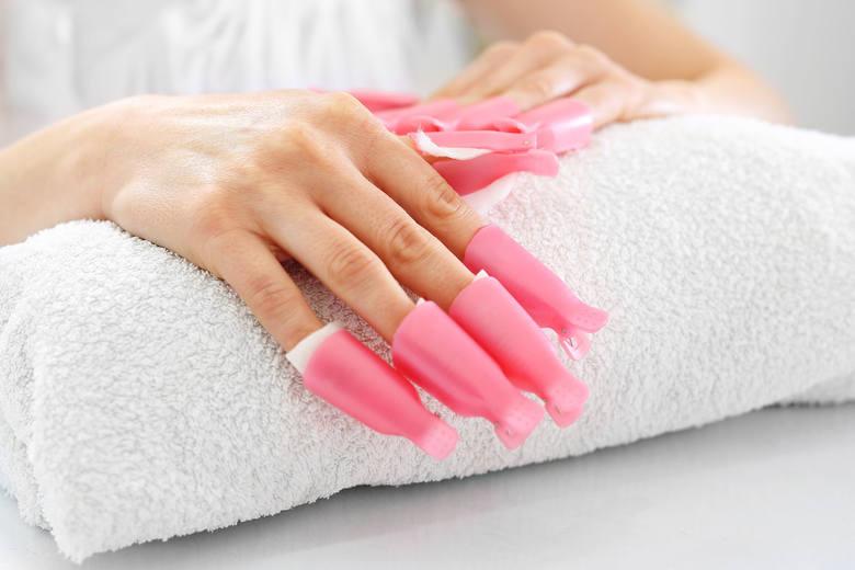 Coraz więcej kobiet zamiast regularnych wizyt u kosmetyczki wybiera własnoręczne wykonanie hybrydy. Sprzyja temu łatwa dostępność profesjonalnych urządzeń