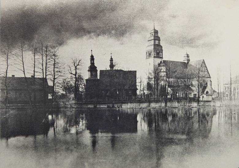 W latach 1911 - 1925 w Zębowicach stały obok siebie dwa kościoły: nowy murowany z 1911 r. i stary drewniany z 1447 lub 1452 roku, który później został
