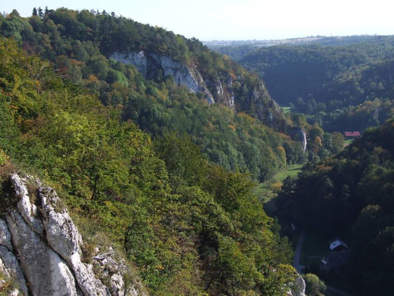 2. Ojcowski Park NarodowyZnajduje się w województwie małopolskim, około 16 km od Krakowa. Na terenie parku można podziwiać m.in. ruiny średniowiecznego