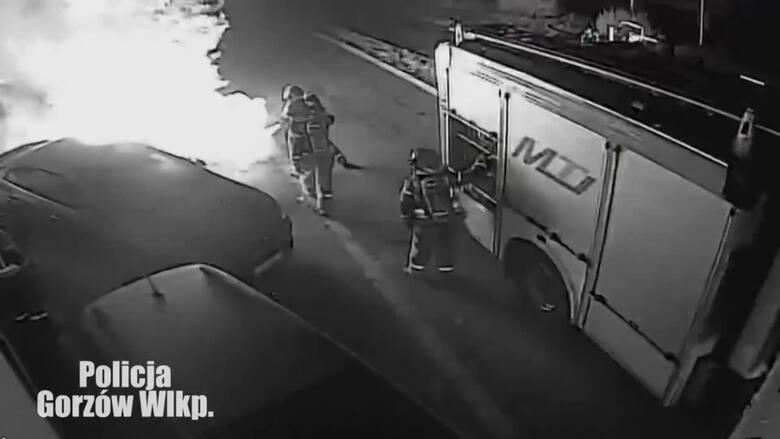Gorzów: piroman podpalił auta. Wszystko nagrywał i publikował w social mediach. Policjanci zatrzymali go jeszcze podczas akcji strażaków