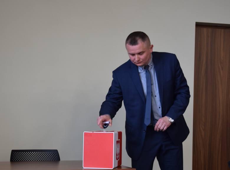Z poparciem Prawa i Sprawiedliwości komitet założył Przemysław Ficner. Żeby wystartować potrzebuje zebrać, podobnie jak pozostali kandydaci 1,5 tys. głosów poparcia na listach.