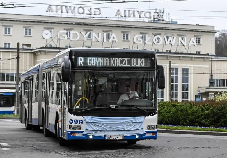 Gdyńskie autobusy i pomniki w maseczkach.