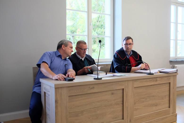 Od lewej: Wojciech Tomczyński, mąż tragicznie zmarłej kobiety, jego adwokat Tadeusz Ardelli oraz prokurator Tomasz Sobczak. Próba rozpoczęcia procesu przed Sądem Rejonowym w Toruniu.