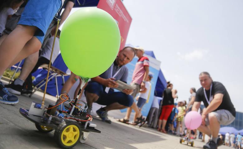 W Rzeszowie trwa 9 Dzień Odkrywców - Interaktywny Piknik Wiedzy. Popularyzująca naukę i technikę impreza odbywa się przy Politechnice Rzeszowskiej. Zakończy