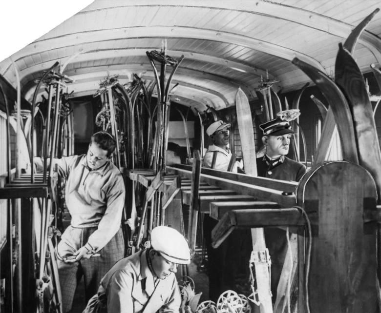 """Dworzec Główny w Krakowie. Przygotowania do jazdy próbnej """"Torpedy Podhalańskiej"""", czyli luxtorpedy przeznaczonej do obsługi trasy do Zakopanego. 1933"""