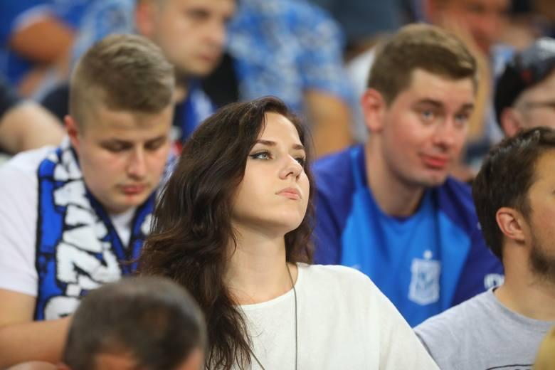 Mówi się, że piłka nożna to męski sport. Nie znaczy to jednak, że nie pasjonują się nim także kobiety. Aby się o tym przekonać, wystarczy choćby spojrzeć