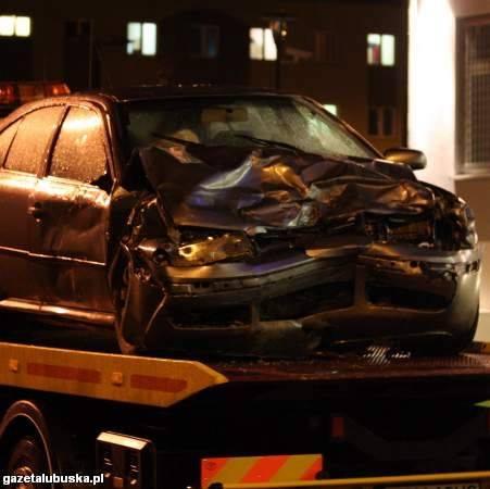 Okoliczności wypadku są badane. Wiadomo, że czołowo zderzyły się dwa samochody osobowe.