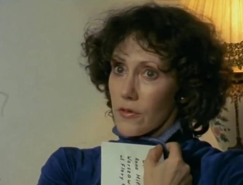 """Odcinek szesnasty """"Ślad rękawiczki"""". Hanna Stankówna jako Elżbieta, żona zdradzana przez doktora Miłosza.<br /> Elżbieta: Nie kochasz mnie - pogodziłam się z tym. Nie jestem ci potrzebna ani w dzień ani w nocy -  trudno. Ale jakim prawem narażasz mnie na pośmiewisko u ludzi?! Ja jeszcze nie..."""