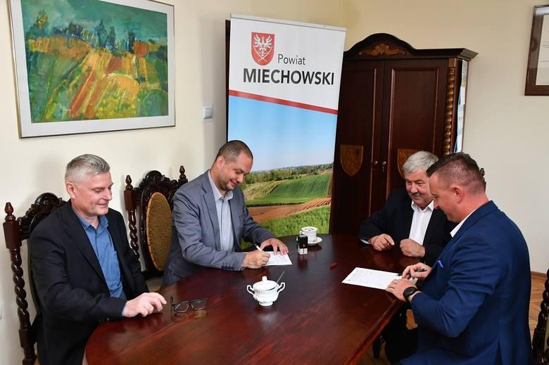 Podpisanie umowy w miechowskim Starostwie Powiatowym
