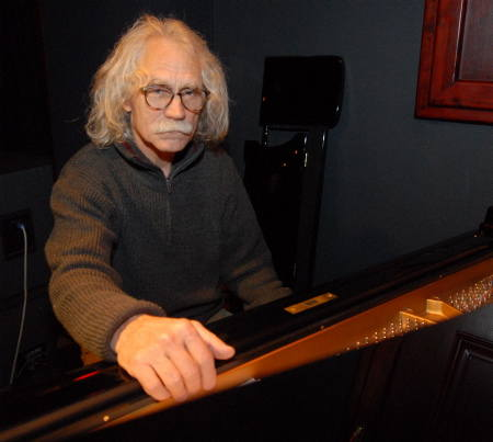 Marek Piechocki od siedmiu lat organizuje koncerty klasyczne w Filarach, niekiedy sam troszkę grywa na klubowym fortepianie