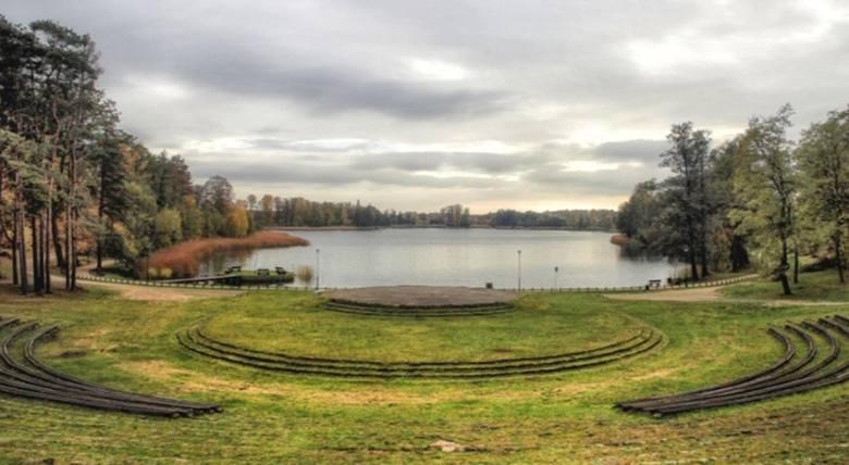 Amfiteatr w Ośnie Lubuskim jest popularny, bo znajduje się nad samym jeziorem Reczynek (wzdłuż jeziora biegnie ścieżka), Jest tu też mała wysepka z ławkami.