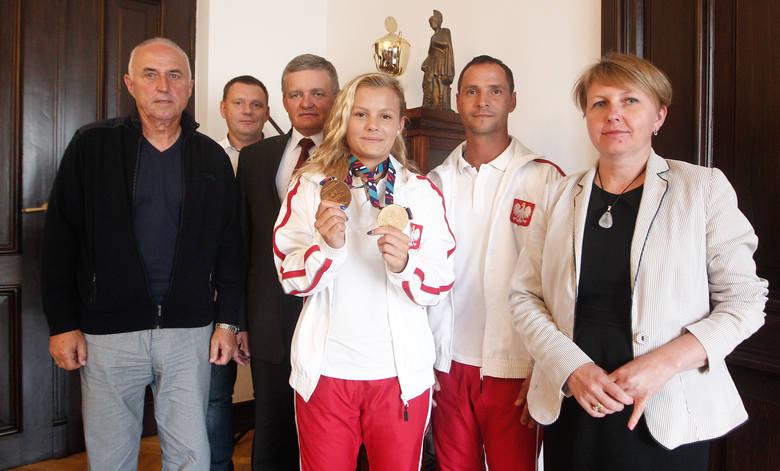 Kaja Skrzek przyniosła do ratusza dwa złote medale z Rijeki