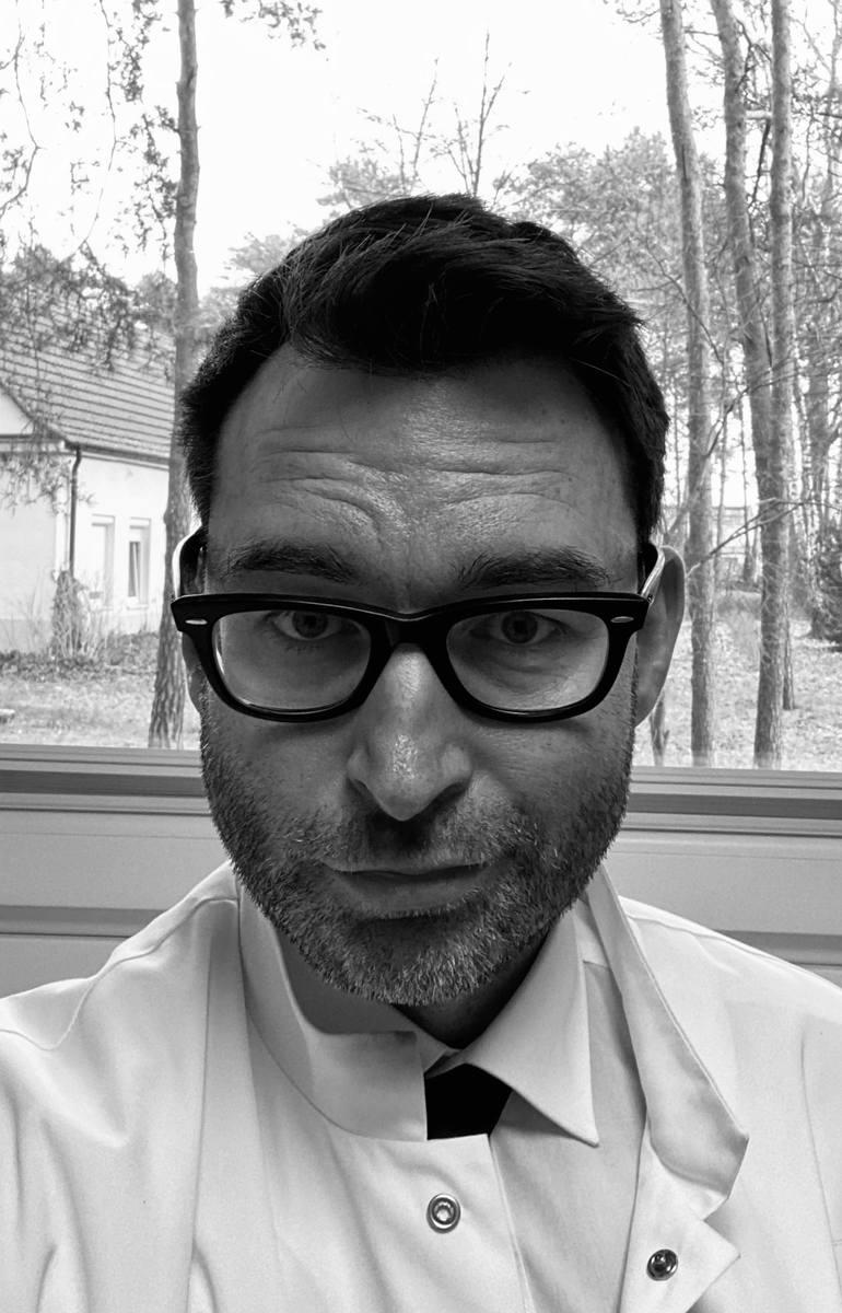 dr nauk med. Paweł Rajewski, prof. WSG, konsultant wojewódzki w dziedzinie chorób zakaźnych dla województwa kujawsko-pomorskiego.