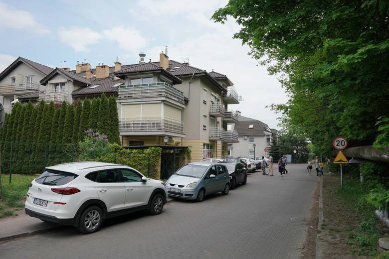 Ulica Czekalskie w niedzielę, 10 maja znów została zastawiona przez samochody. Mieszkańcy mają już dość parkingowej anarchii