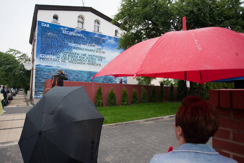 W środę, 12 lipca, przy ulicy Słowiańskiej 37 uroczyście odsłonięto ustecki mural. Zgodnie z wolą mieszkańców malunek przedstawia morze, ale znajdziemy