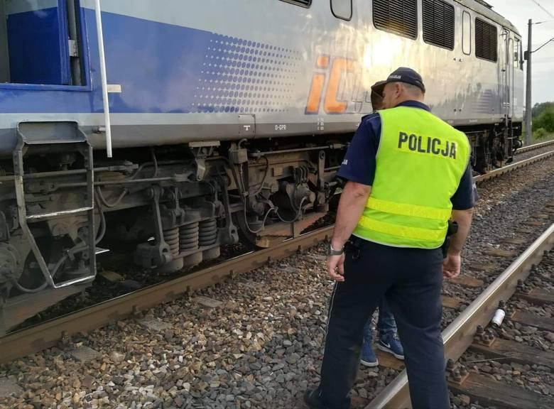 Czyżew-Ruś-Kolonia. Wypadek na przejeździe kolejowym na trasie Białystok - Warszawa. Dwójka młodych ludzi nie żyje