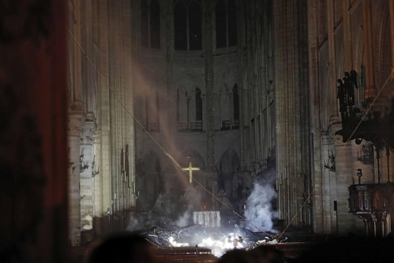 Dym we wnętrzu świątyni. W tle widoczny ocalały ołtarz.