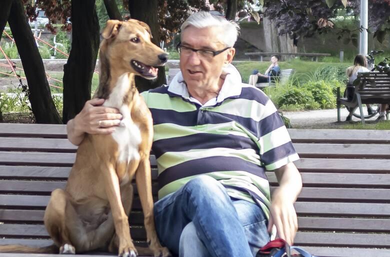 """Arkadiusz Brzęczek, autor """"Sekretów gdyńskich kamienic"""", z Budzikiem, który pomógł mu w pracy nad IV tomem serii"""
