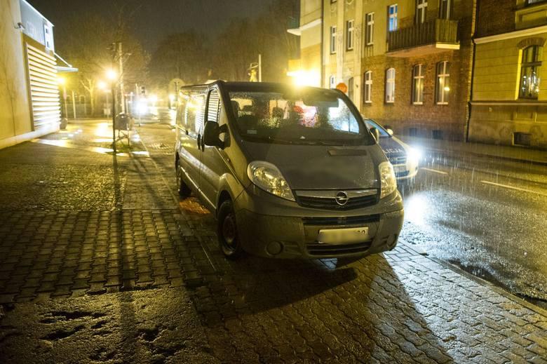 Do zdarzenia doszło we wtorek wieczorem. - Jechałem drogą, gdy w mój samochód uderzył nagle znak ścięty przez kierowcę, który wpadł na wysepkę dla pieszych.