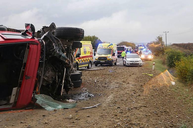 Słowacja: Tragiczny wypadek na trasie Nitra - Jelenec [ZDJĘCIA] Ciężarówka uderzyła w autobus. 13 osób nie żyje, 20 jest rannych