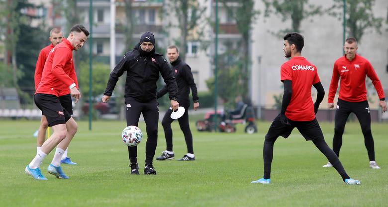 Cracovia wróciła do zajęć 7 maja - w czwartek. Trening odbył się w kilkuosobowych grupach - a więc zgodnie z zaleceniami. Ćwiczącym towarzyszł sztab