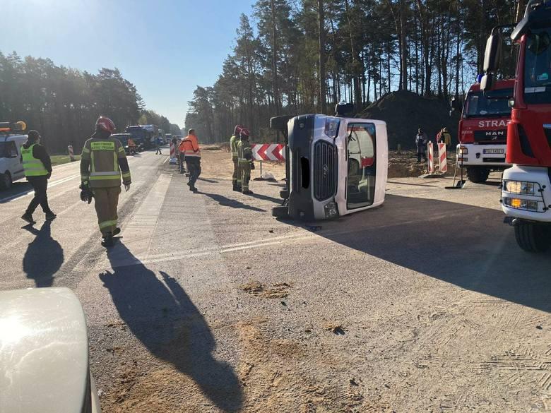Samochód osobowy zderzył się z busem przewożącym dzieci na DK 22