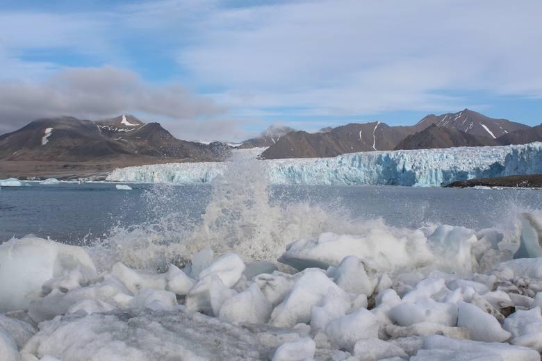 Rozbijające się fale zaraz po oderwaniu się bryły lodu od czoła lodowca Aavatsmarka