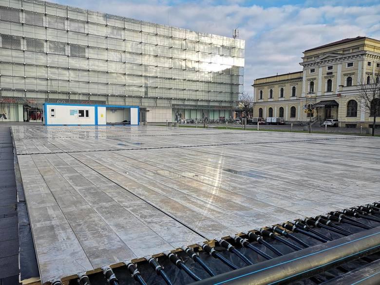 Lodowisko budowane obok Galerii Krakowskiej.