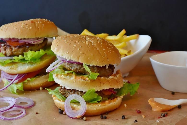 Gdzie zjeść najlepsze burgery w Bydgoszczy? Jeśli nie macie swojego ulubionego miejsca, możecie zaufać opiniom innych. Wybraliśmy dla Was listę 6 miejsc,