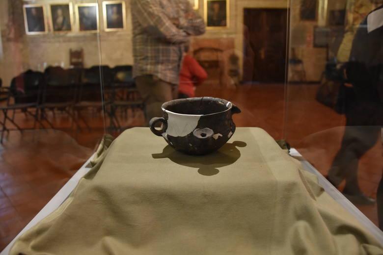 Tarnowskie muzeum zaprezentowało niezwykłe naczynie sprzed 2700 lat [ZDJĘCIA]