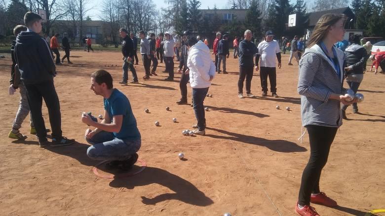 Do gry w petanque potrzeba przede wszystkim zapału i chęci, odpowiednich metalowych kul i właściwego podłoża
