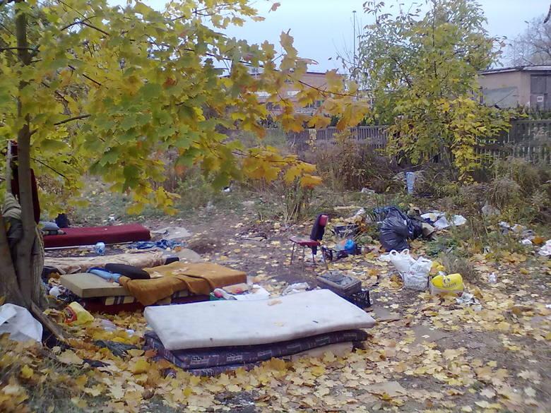 Widok jest straszny. Stare materace leżą służące do spania leżą bezpośrednio na mokrej ziemi. Za stolik służy tu plastikowa skrzynka.