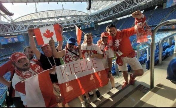 Polska gra w Sankt Petersburgu decydujący mecz o wyjściu z grupy na mistrzostwach Europy w piłce nożnej. Na EURO 2020 Biało-Czerwonych od początku wspierają