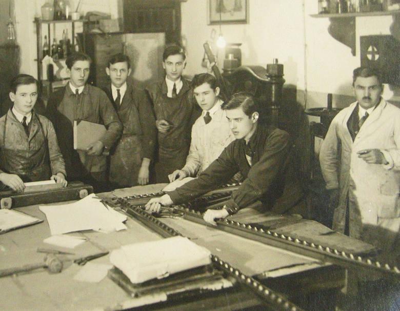 Lata trzydzieste. Pracownicy i uczniowie introligatorni, którą ojciec (na zdjęciu pierwszy z prawej) prowadził  przy ulicy Mostowej 38
