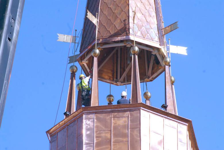 Koniec budowy wieży na kościele w Prokocimiu już blisko. Budowlańcy właśnie montują dach