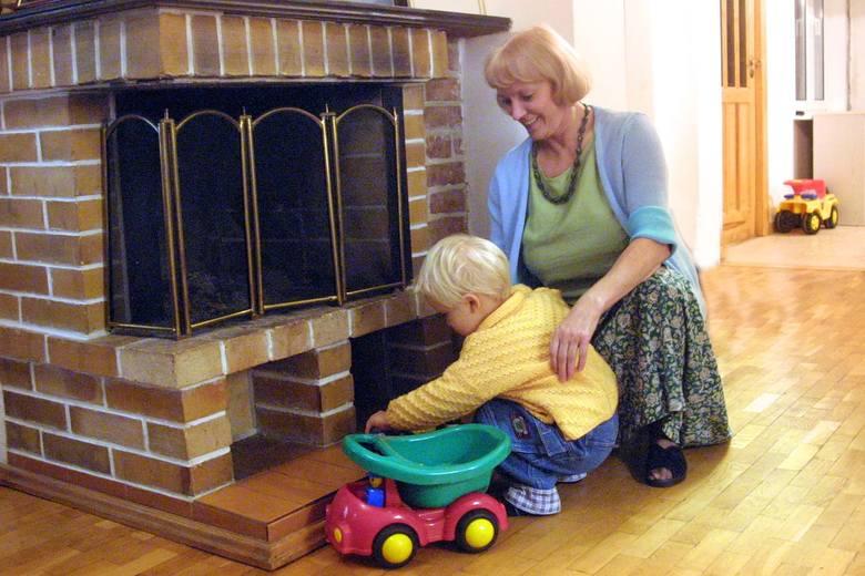 Ulubionym miejscem zabawy wnuczka Krzysia jest kominek, co budzi protest babci Teresy szczególnie wówczas, gdy maluch próbuje dobrać się do wnętrza