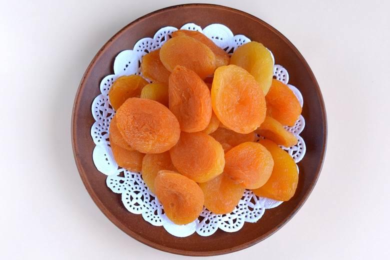 Pomarańczowe owoce i warzywa oraz warzywa liściaste to dobre źródła beta-karotenu w diecie. Beta-karoten jest prekursorem witaminy A, która jest niezbędna