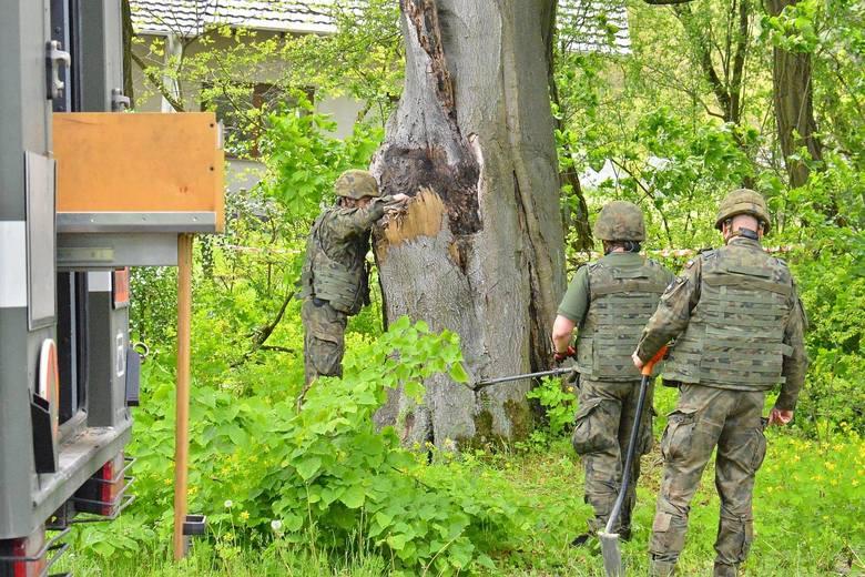 W ponad 100-letnim buku w Jeziorach Wysokich znaleziono pocisk moździerzowy. Niebezpieczny przedmiot usunęli saperzy