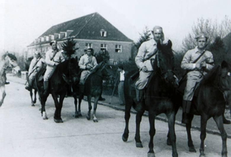 Parada szwadrony greckiej kawalerii utworzonego z wyleczonych partyzantów greckich w Dziwnowie. Jeszcze wówczas mamiono ich wizją powrotu do ojczyzny i dalszej walki z kapitalistami