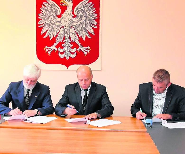 Umowę podpisują od lewej wicestarosta Adam Mach, starosta Robert Bednarz oraz dyrektor oddziału Grzegorz Parobek.
