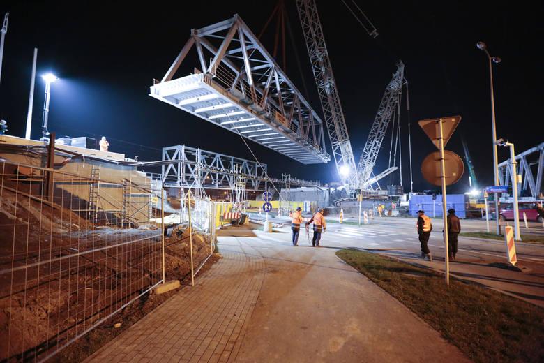 Nad aleją Wyzwolenia w Rzeszowie zamontowano nową, 160 – tonową konstrukcję na kolejnym moście. Prace wymagały użycia specjalistycznego dźwigu. Zobacz,
