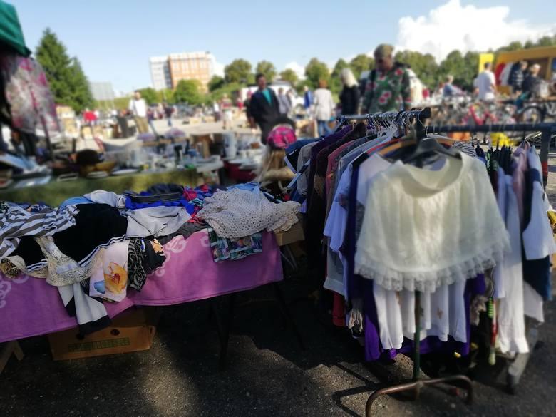 Niedziela na koszalińskiej giełdzie na terenach podożynkowych jak zwykle przyciąga wielu kupujących. Od rana przy działających tu stoiskach można spotkać