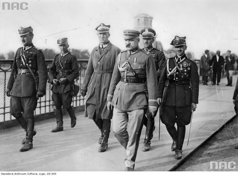 Marszałek Józef Piłsudski w dniu przewrotu w otoczeniu oficerów na moście Poniatowskiego udaje się na spotkanie z prezydentem Stanisławem Wojciechowskim.