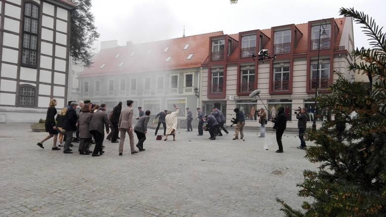 Sceny walk o mieszkańców z milicją