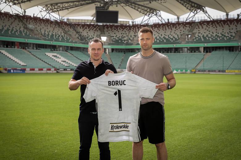 Legia Warszawa domyka kadrę na sezon 2020/21. Z transferami uwinęła się niezwykle szybko i sprawnie. Fachowcy chwalą ją za same wybory, ale i warunki,