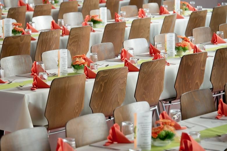 Organizatorzy wesel mówią pół żartem pół serio, że powoli zaczną dostawiać na imprezach dodatkowe krzesła dla kontrolerów skarbówki i ZUS...